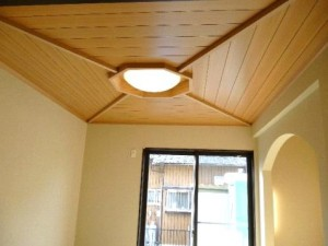 木の風合いを活かしたシックな家 和室/八卦天井