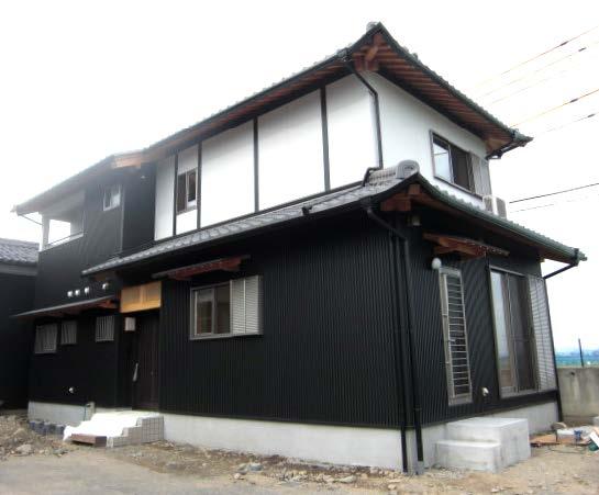 黒い外壁が印象的な家