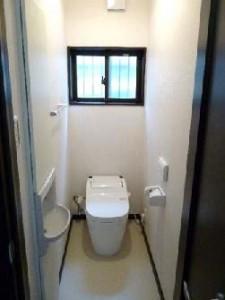 木の風合いを活かしたシックな家 トイレ