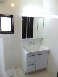 木の風合いを活かしたシックな家 洗面室