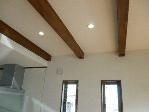 中間にアクセントを付けた、パワーボード施工の家 梁見せ天井