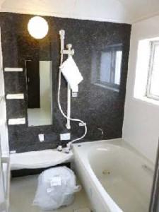 木の風合いを活かしたシックな家 浴室