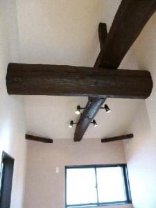木の風合いを活かしたシックな家 勾配天井