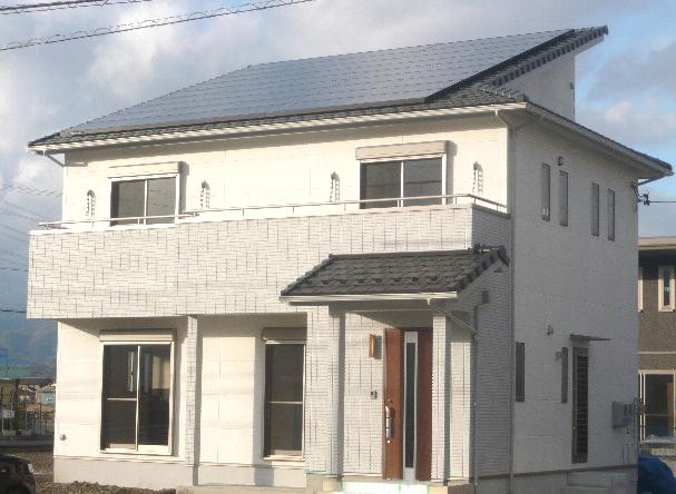 白い壁が映える太陽光をのせた家